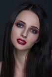 Mooie jonge donkerbruine vrouw met het perfecte portret van de huidclose-up op donkere grijze achtergrond Golvend kapsel, heldere Royalty-vrije Stock Foto's