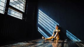 Mooie jonge in dozen doende vrouw die na opleiding na ponsen in gymnastiek rusten royalty-vrije stock afbeelding