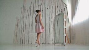 Mooie, jonge en sensuele vrouw met mooie samenstelling en elegant kapsel stock footage