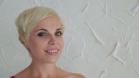 Mooie, jonge en sensuele vrouw met mooie samenstelling en kort kapsel stock footage