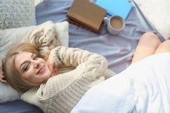 Mooie jonge en vrouw die, hoogste mening thuis awaking glimlachen stock afbeeldingen