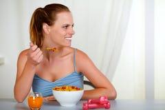 Mooie jonge en vrouw die kijkt eet royalty-vrije stock fotografie