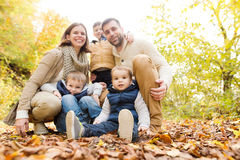 Mooie jonge familie op een gang in de herfstbos Stock Foto's