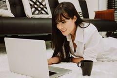 Mooie Jonge Freelancer-Vrouw die Laptop Computer thuis bureau, het Freelance Werk, Bedrijfsmensenconcept gebruiken Stock Afbeelding
