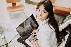 Mooie Jonge Freelancer-Vrouw die Laptop Computer thuis o met behulp van Royalty-vrije Stock Foto's