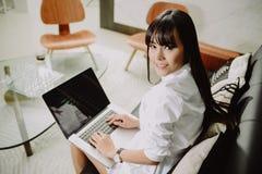 Mooie Jonge Freelancer-Vrouw die Laptop Computer thuis o met behulp van Royalty-vrije Stock Afbeeldingen