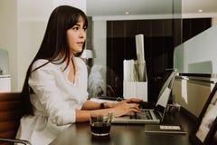 Mooie Jonge Freelancer-Vrouw die Laptop Computer thuis o met behulp van Stock Afbeeldingen