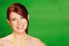 Mooie jonge gelukkige vrouw op groene achtergrond royalty-vrije stock afbeelding