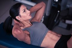 Mooie jonge geschikte buik de spierenabs van de vrouwentraining in fitne Royalty-vrije Stock Fotografie