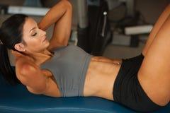 Mooie jonge geschikte buik de spierenabs van de vrouwentraining in fitne Royalty-vrije Stock Foto