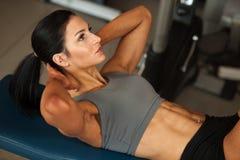 Mooie jonge geschikte buik de spierenabs van de vrouwentraining in fitne Stock Fotografie