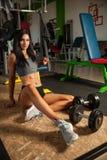 Mooie jonge geschikte vrouwenrust na training in geschiktheidsgymnastiek Stock Afbeelding
