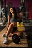 Mooie jonge geschikte vrouwenrust na training in geschiktheidsgymnastiek Royalty-vrije Stock Afbeeldingen