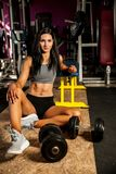 Mooie jonge geschikte vrouwenrust na training in geschiktheidsgymnastiek Stock Foto's