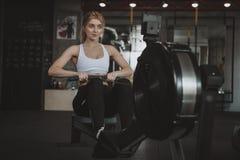 Mooie jonge geschiktheidsvrouw die bij de gymnastiek uitwerken royalty-vrije stock afbeelding