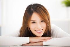 Mooie jonge glimlachende vrouw royalty-vrije stock foto's