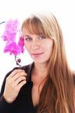 Mooie jonge glimlachende vrouw met orchideeën Royalty-vrije Stock Afbeeldingen