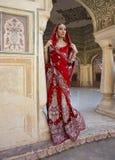 Mooie jonge Indische vrouw in traditionele kleding met bruids Stock Afbeeldingen