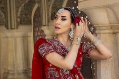 Mooie jonge Indische vrouw in traditionele kleding met bruids Stock Foto
