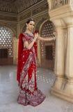 Mooie jonge Indische vrouw in traditionele kleding met bruids Royalty-vrije Stock Fotografie