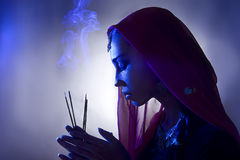 Mooie jonge Indische vrouw in traditionele kleding met incens Stock Afbeeldingen