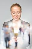 Mooie jonge Kaukasische onderneemster die mobiele telefoon met behulp van Stock Fotografie