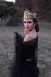 Mooie jonge koningin in zwarte sluier Royalty-vrije Stock Fotografie