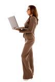 Mooie jonge laptop van de vrouwenholding stock fotografie