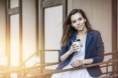 Mooie jonge manier gir met meeneem in hand koffie royalty-vrije stock afbeelding