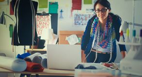 Mooie jonge manierontwerper die zich in studio bevinden Stock Foto's