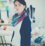 Mooie jonge manierontwerper die zich in studio bevinden Stock Afbeeldingen