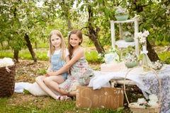 Mooie jonge meisjes in de lentetuin Royalty-vrije Stock Foto