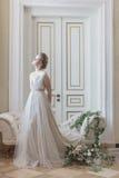 Mooie jonge meisjesbruid in een mooie luchtige kleding in beige kleuren, huwelijk in de stijl van boho stock fotografie