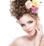 Mooie jonge meisjesbrunette met lang krullend haar Royalty-vrije Stock Fotografie
