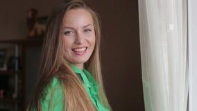 Mooie jonge meisjesflirts stock videobeelden