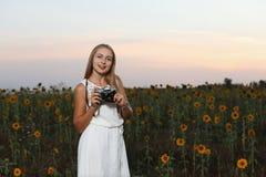 Mooie jonge meisjesfotograaf met fotocamera op aard stock afbeeldingen