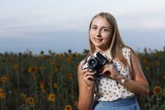 Mooie jonge meisjesfotograaf met fotocamera op aard royalty-vrije stock afbeelding