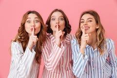 Mooie jonge meisjesjaren '20 die kleurrijke gestreepte pyjamahavin dragen Royalty-vrije Stock Afbeeldingen