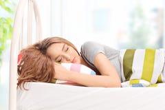 Mooie jonge meisjesslaap comfortabel op een bed royalty-vrije stock foto
