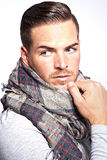 Mooie jonge mens met sjaal Royalty-vrije Stock Afbeelding