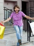 Mooie jonge mens na het winkelen royalty-vrije stock afbeeldingen