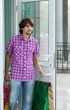Mooie jonge mens na het winkelen stock foto