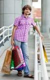 Mooie jonge mens na het winkelen royalty-vrije stock foto's