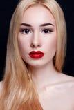 Mooie jonge modelvrouw met rode lippen royalty-vrije stock foto's