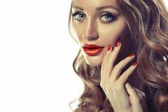 Mooie jonge modelvrouw met rode lippen en krullend blond die haar op wit worden geïsoleerd royalty-vrije stock afbeeldingen