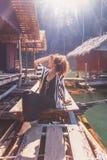 Mooie jonge modieuze bohovrouw bij houten drijvend dorp royalty-vrije stock fotografie