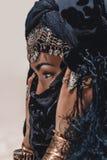 Mooie jonge modieuze stammendanser Vrouw in oosters kostuum stock afbeeldingen