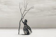 Mooie jonge modieuze stammendanser Vrouw in oosters kostuum die in openlucht dansen stock foto's