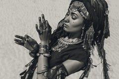 Mooie jonge modieuze stammendanser Vrouw in oosters kostuum die in openlucht dansen stock foto
