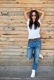 Mooie jonge modieuze vrouw in zonnebril stock afbeeldingen